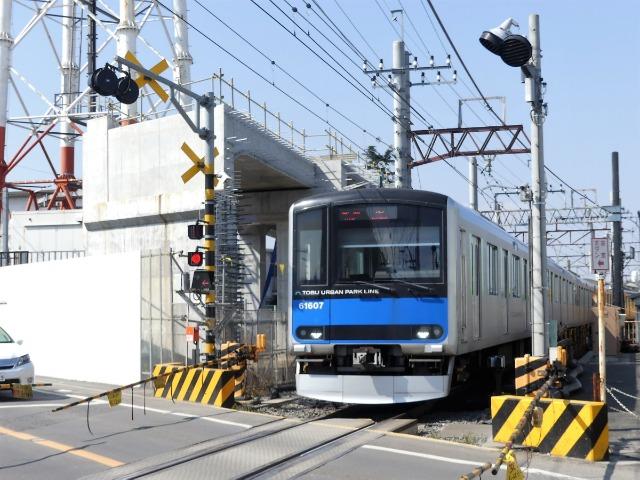 高架化工事が進む野田線野田市駅の踏切