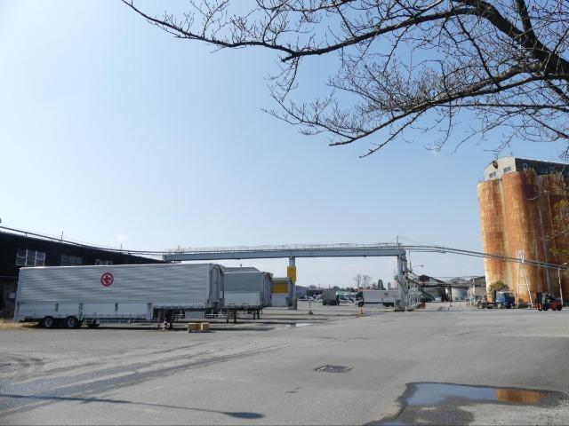 貨物駅の跡地はトラック輸送の基地として使われている
