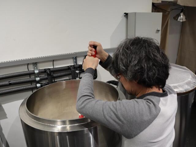 発酵タンクをかき混ぜる加藤さん